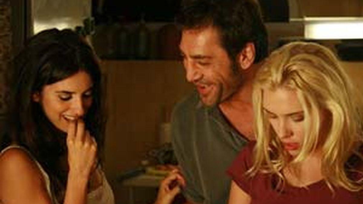 Bardem, Penélope Crus y Scarlett Johansson definen el trío de 'Vicky Cristina Barcelona'. Vídeo: Informativos Telecinco.