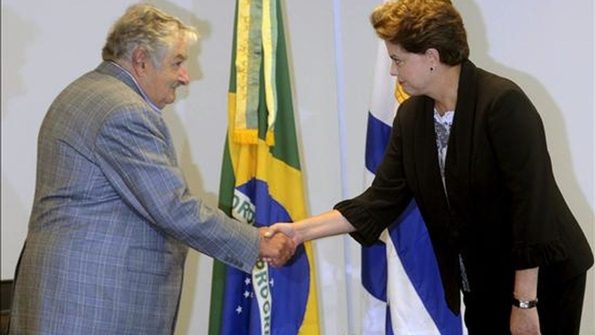 La presidenta brasileña, Dilma Rousseff (d), saluda al presidente de Uruguay, José Mújica (i), durante la reunión que han mantenido ambos en el Palacio del Planalto de Brasilia (Brasil) en la jornada posterior a la investidura de Rousseff. EFE