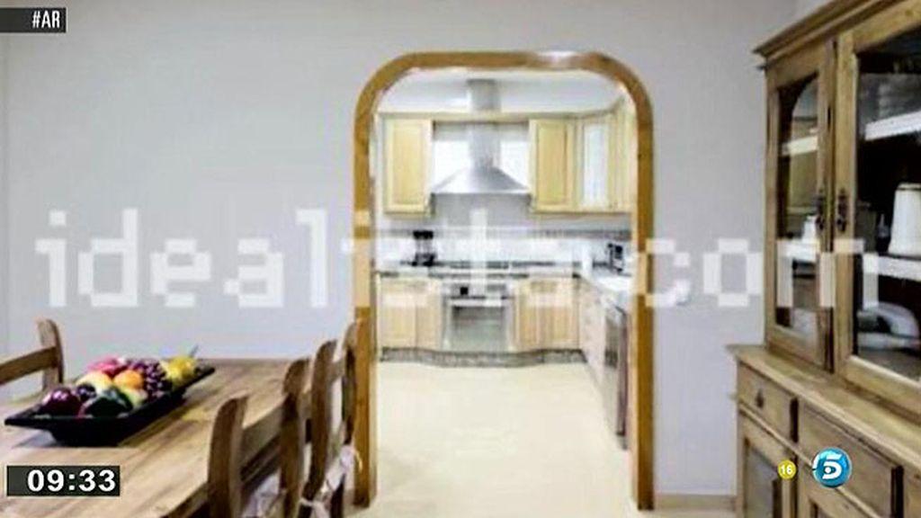 La casa tiene dos dormitorios, salón, sala de juntas, cocina, jardín y piscina