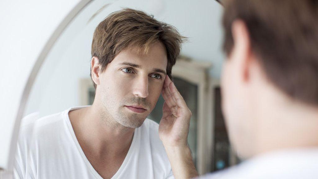 Hombre mirándose al espejo