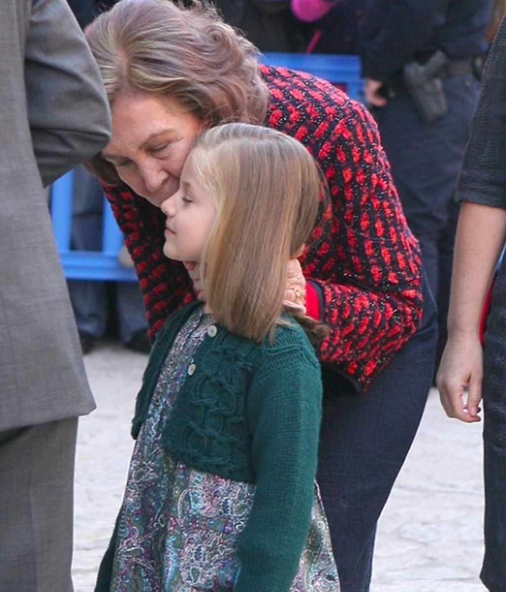 Letizia radiante y Cristina ausente en la misa de Pascua