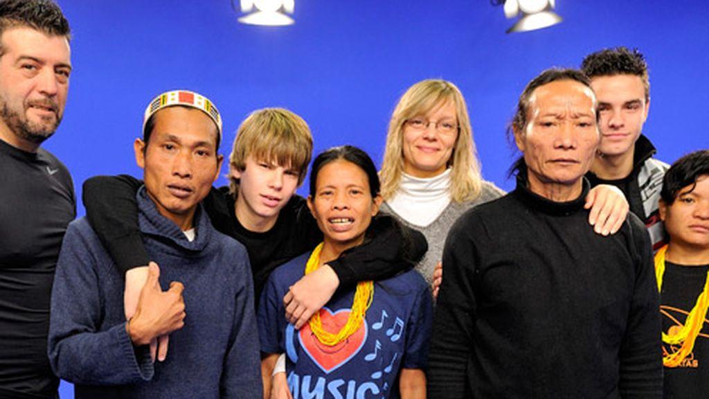 Familia Recuero-Oliva con la tribu Mentawai