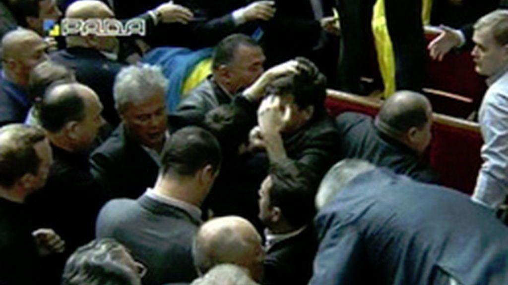 Espectacular bronca con lanzamiento de huevos en el Parlamento Ucraniano