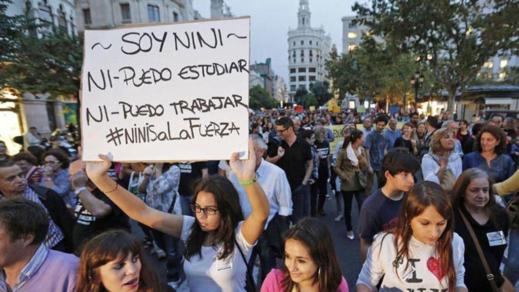 Jóvenes parados en una manifestación