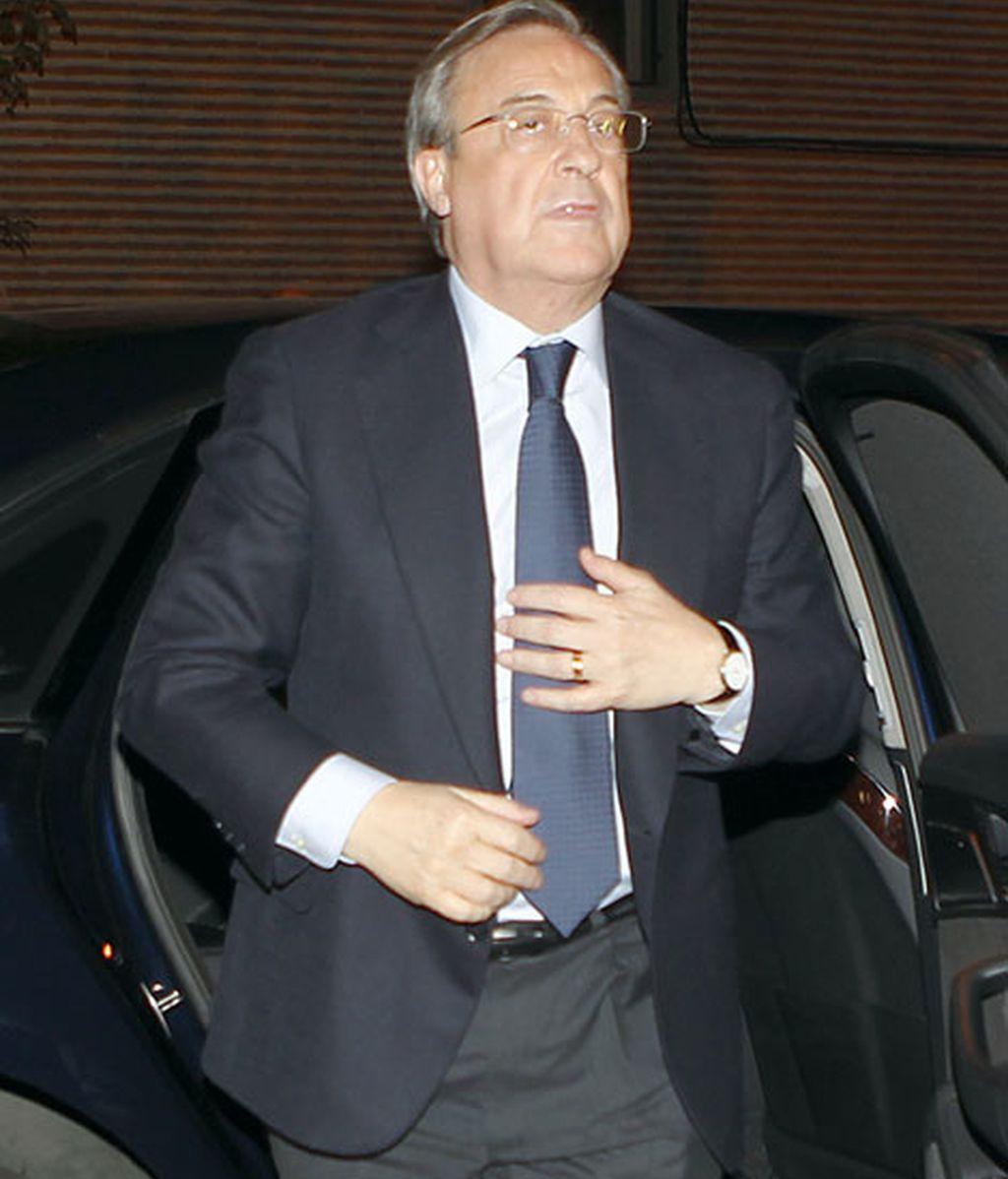 Florentino Pérez acudió a la capilla ardiente para despedirse de Isidro Álvarez