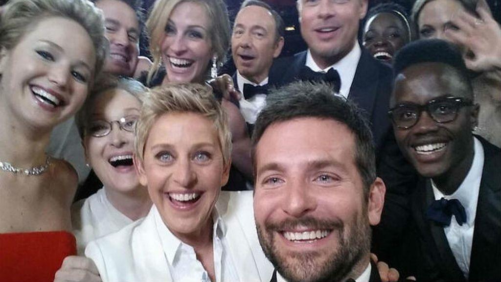 Sin duda el selfie que lo cambió todo en 2014: el de la ceremonia de los Oscar con todo el mundo que es alguien en Hollywood (y el hermano de Lupita)