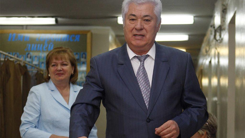 El presidente de Moldavia en funciones, Vladimir Voronin, depositando su papeleta para las elecciones parlamentarias