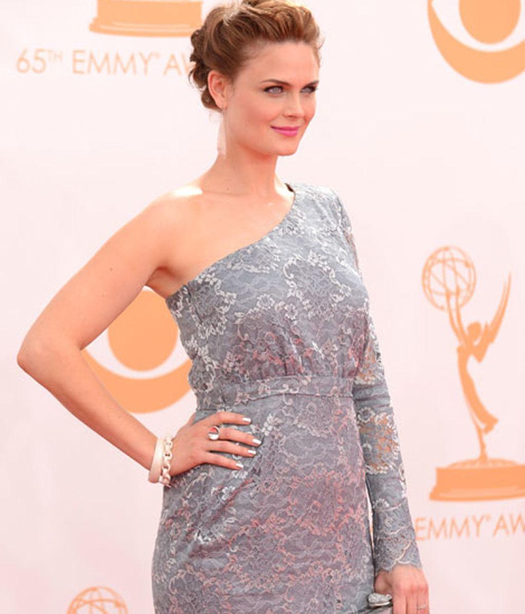 Emily Deschanel optó por un vestido gris