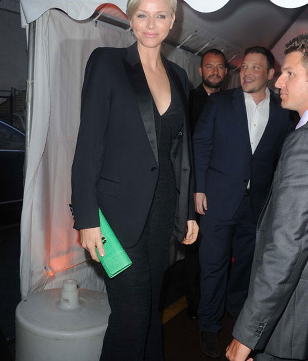 La princesa Charlene dió el toque de color a su look con un bolso verde