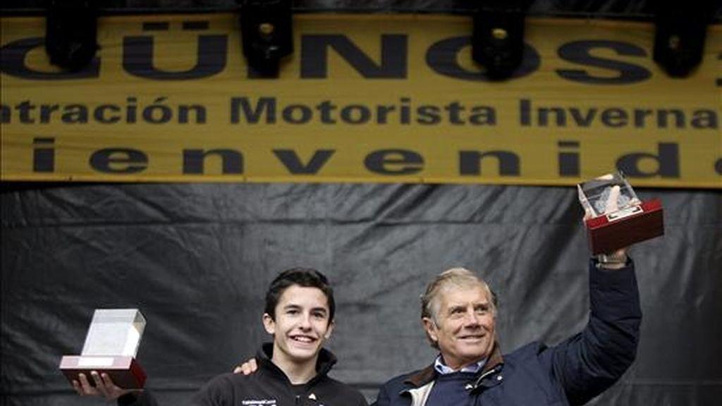 El campeón del Mundo de 125 cc, Marc Márquez (i), y el ex piloto italiano Giacomo Agostini, han recibido hoy los Pingüinos de Oro, en la última jornada de la concentración invernal de motos 'Pingüinos'. EFE