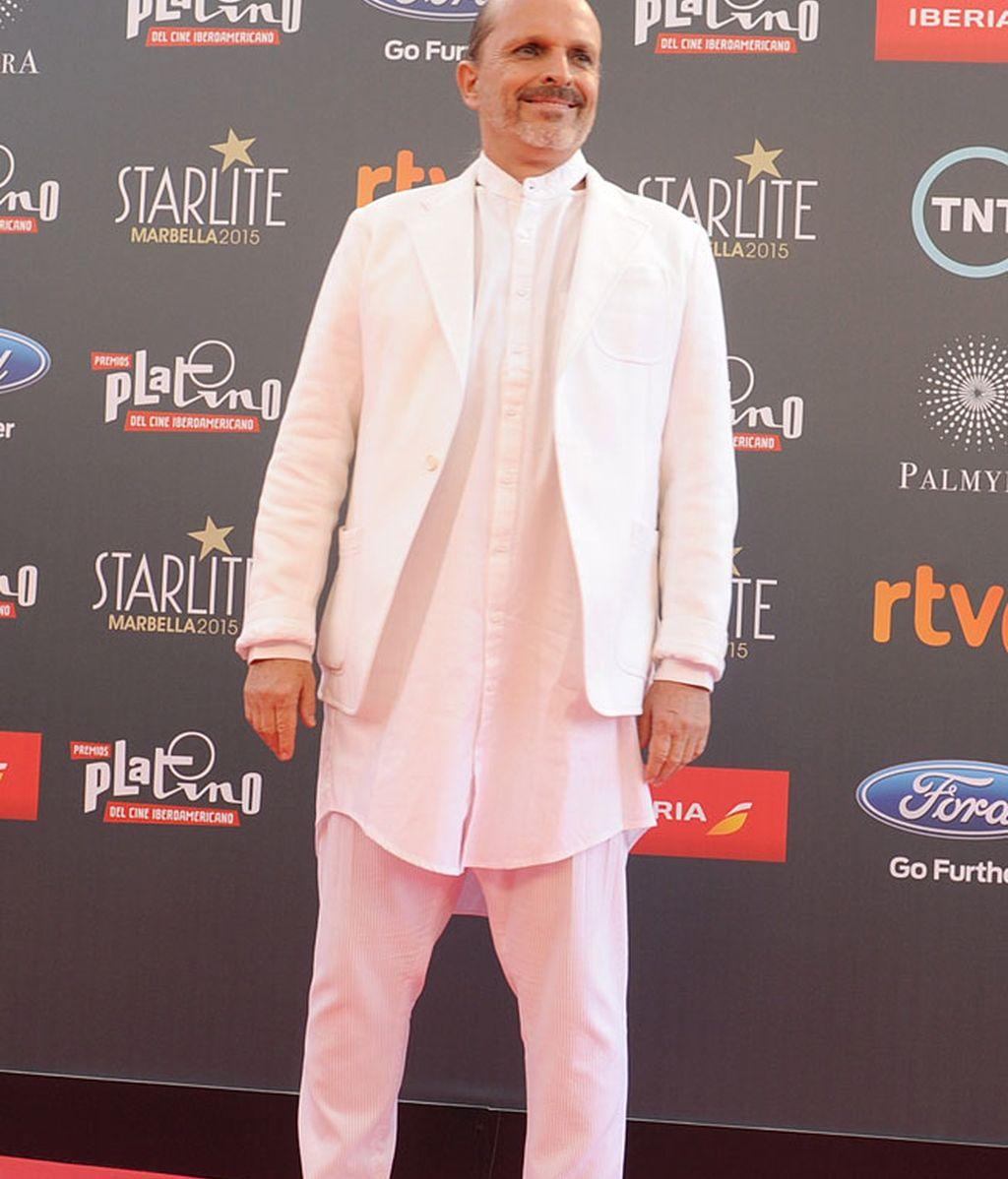 Miguel Bosé fue uno de los invitados que apostó por el blanco