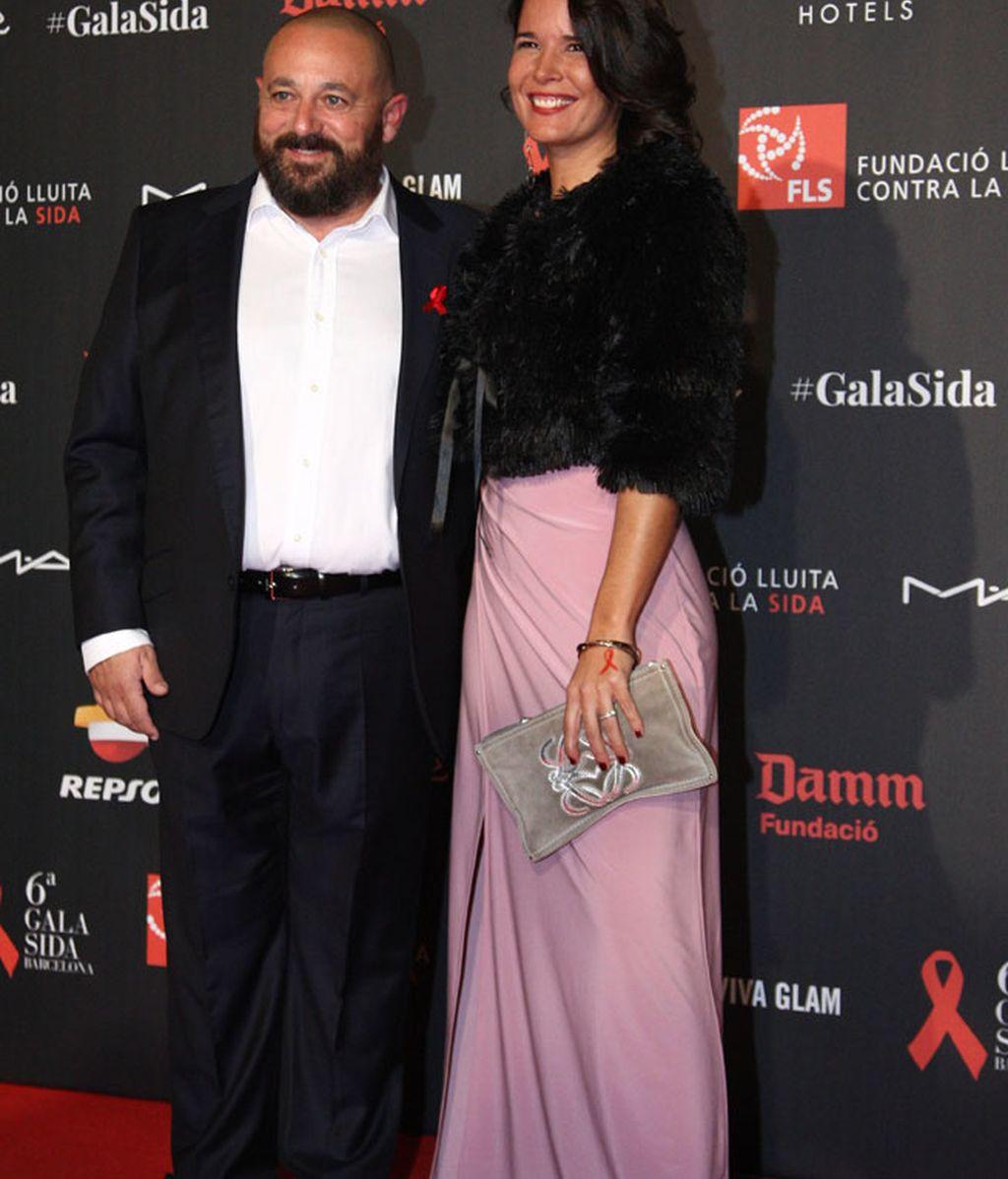 El actor Pepón Nieto, de traje negro y sin corbata, posa en el 'photocall'