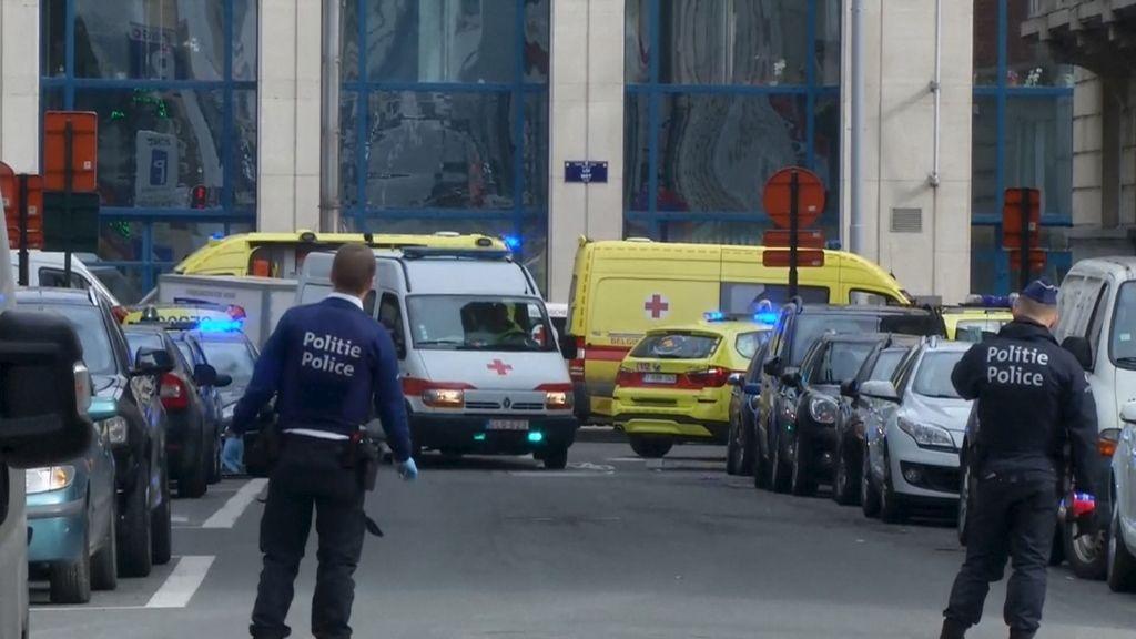 Personal de emergencias a las afueras de la estación de metro escenario de las explosiones de Bruselas