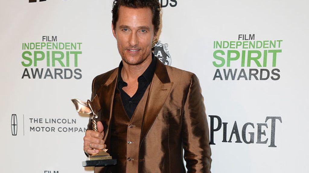 Matthew McConaughey posa con el premio por 'Dallas Buyers Club'
