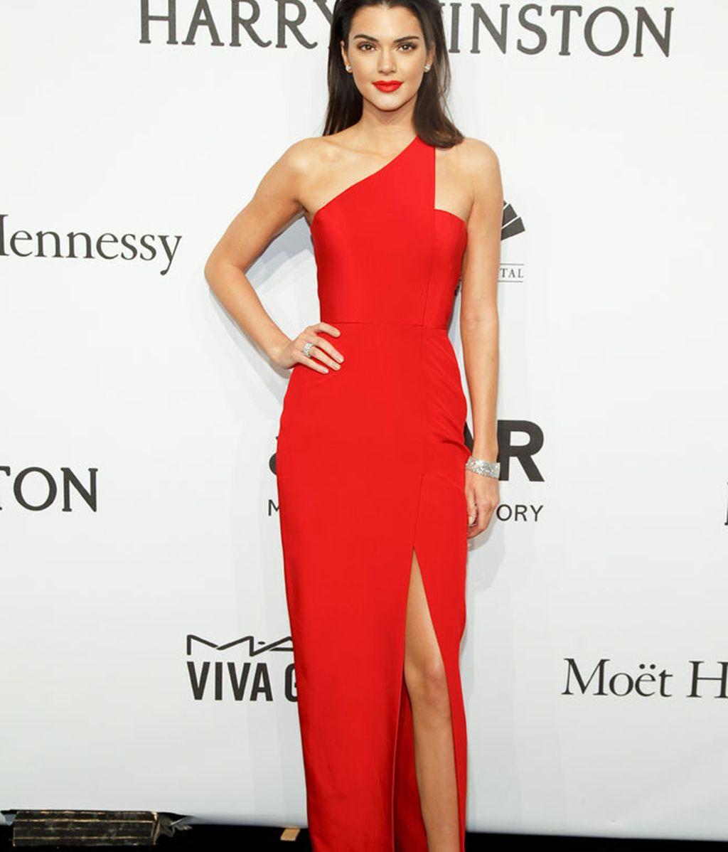 Kendall llevó un diseño largo asimétrico de la firma Romona Keveza