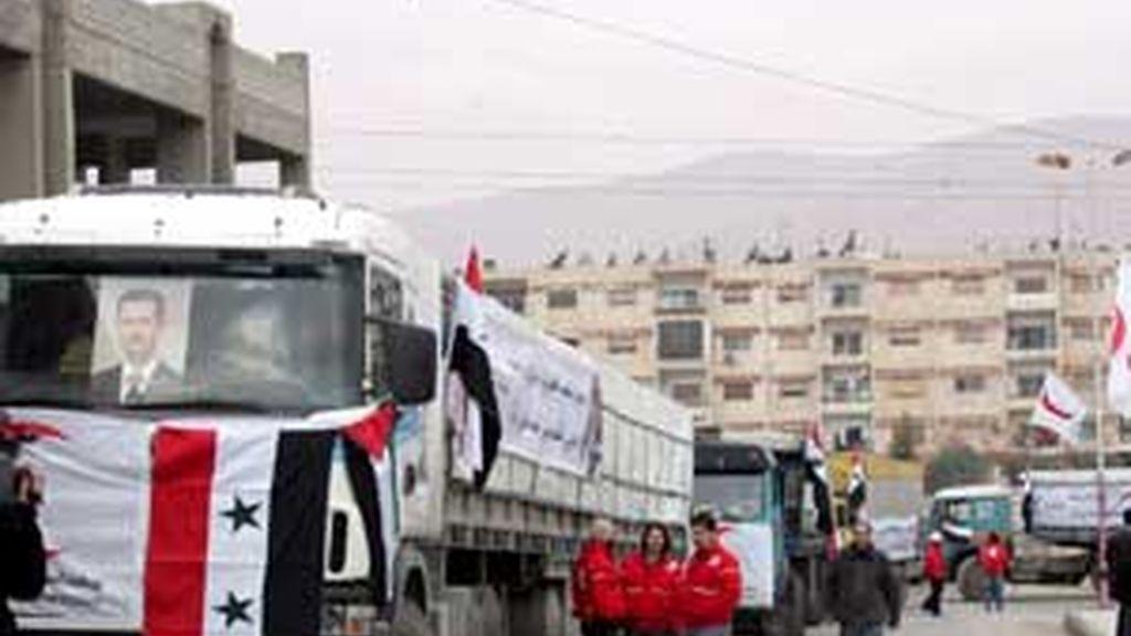 Un convoy de camiones sirios cargados con comida y medicinas parte de Damasco, Siria, en dirección a la Franja de Gaza. Foto: EFE
