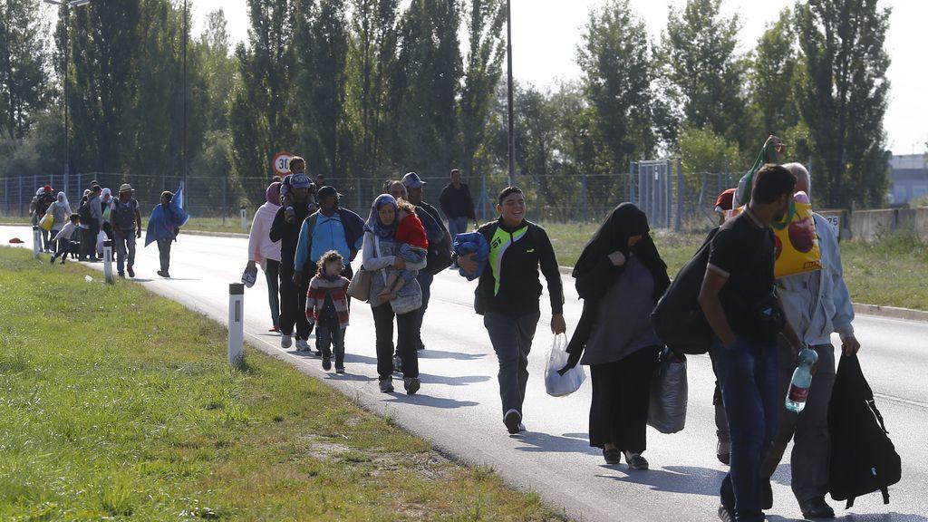 Miles de refugiados cruzan la frontera con Austria