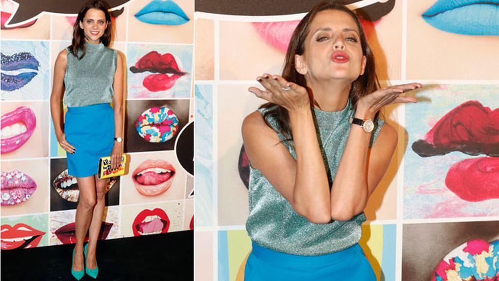 Macarena Gómez mezcló azul, aguamarina y turquesa con bolso pop