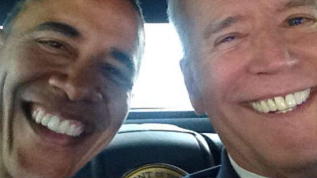 Obama le ha cogido gusto a los selfie (después de la polémica en el entierro de Mandela) y aquí lo vemos con su vicepresidente Joe Biden