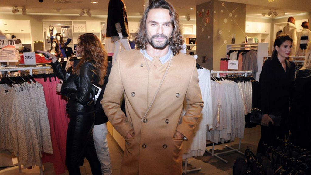 El actor y modelo Iván Sánchez lució uno de los abrigos de Margiela para H&M