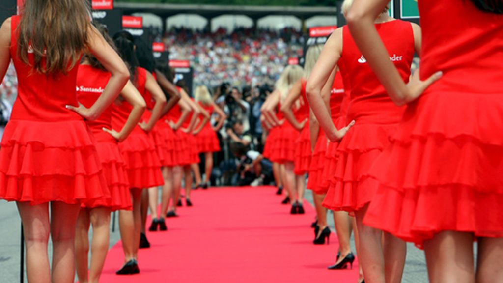 Varias azafatas posan para los fotógrafos en la pista antes de que dé comienzo la carrera