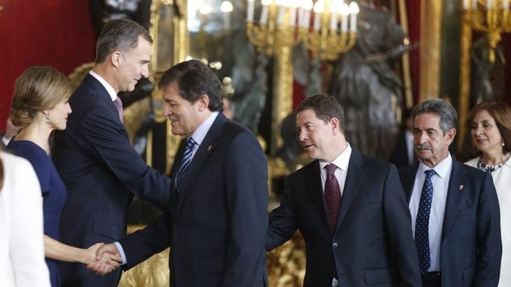 Los reyes saludan a varios presidentes autonómicos