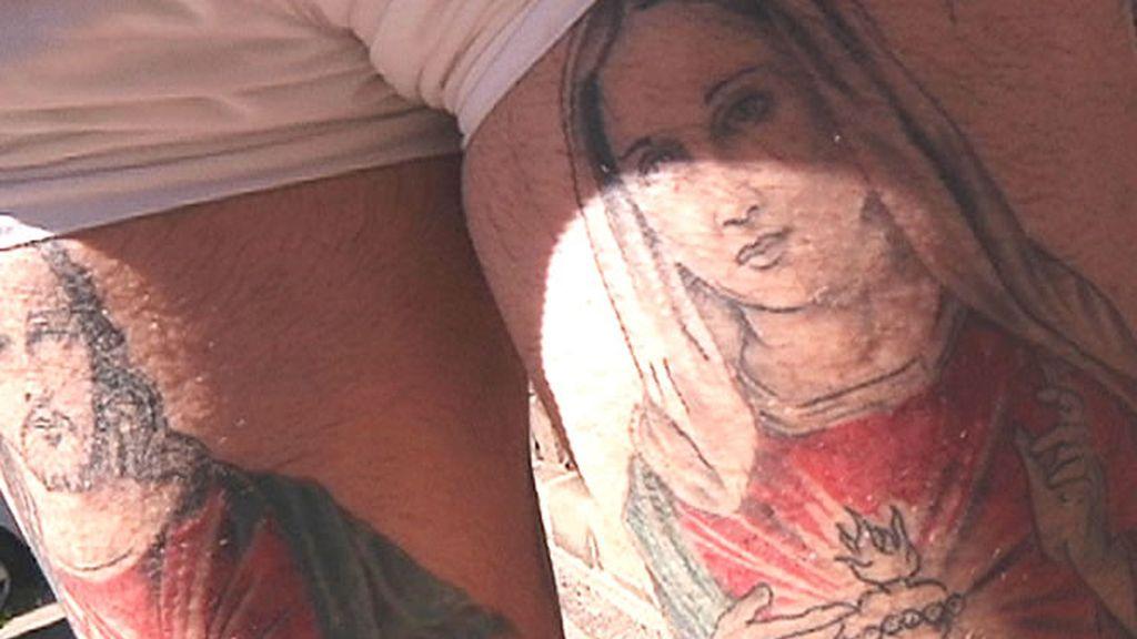Espectacular tatuaje de un hombre que lo muestra orgulloso a cámara