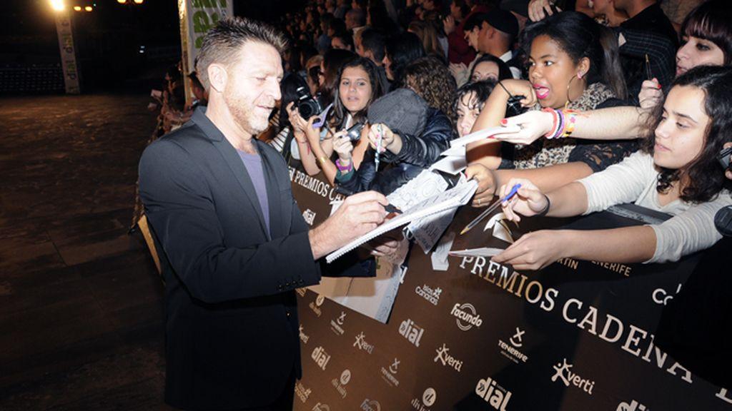 El popular actor Juanjo Artero tampoco dejó pasar la oportunidad de firmas autógrafos a sus seguidoras