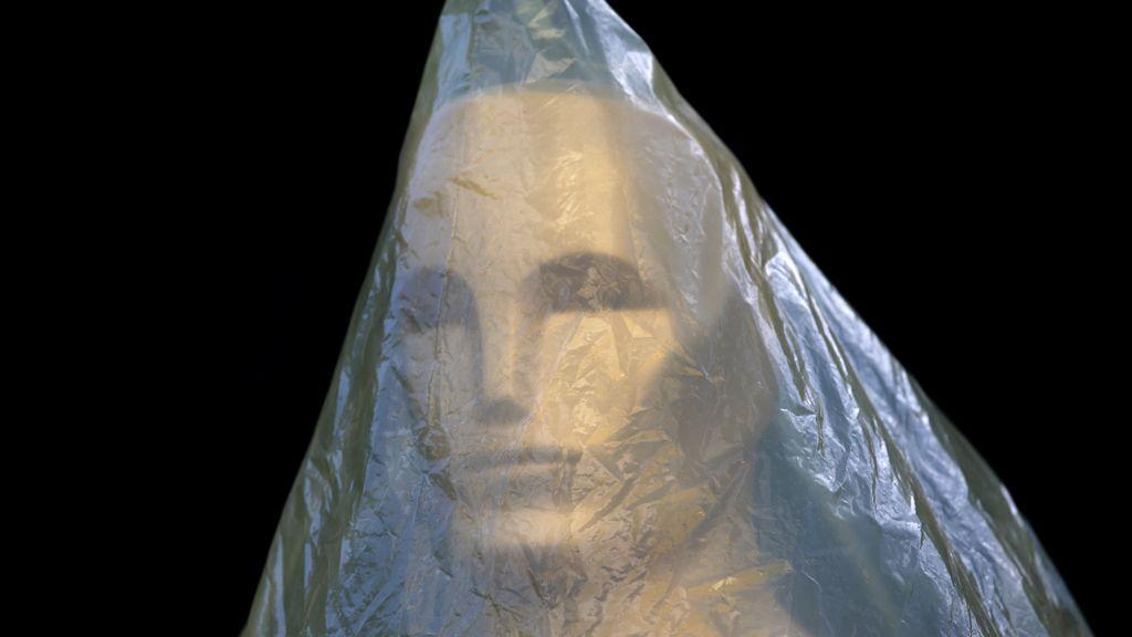 La estatua de un Oscar cubierta con plástico mientras se prepara la gala