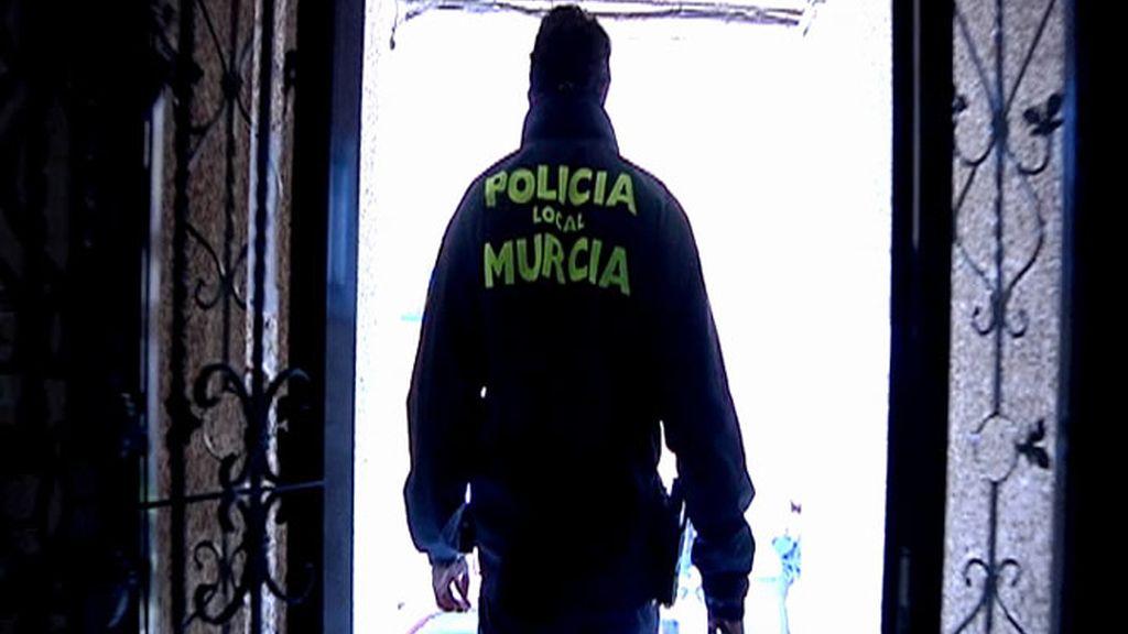 Policía de espaldas