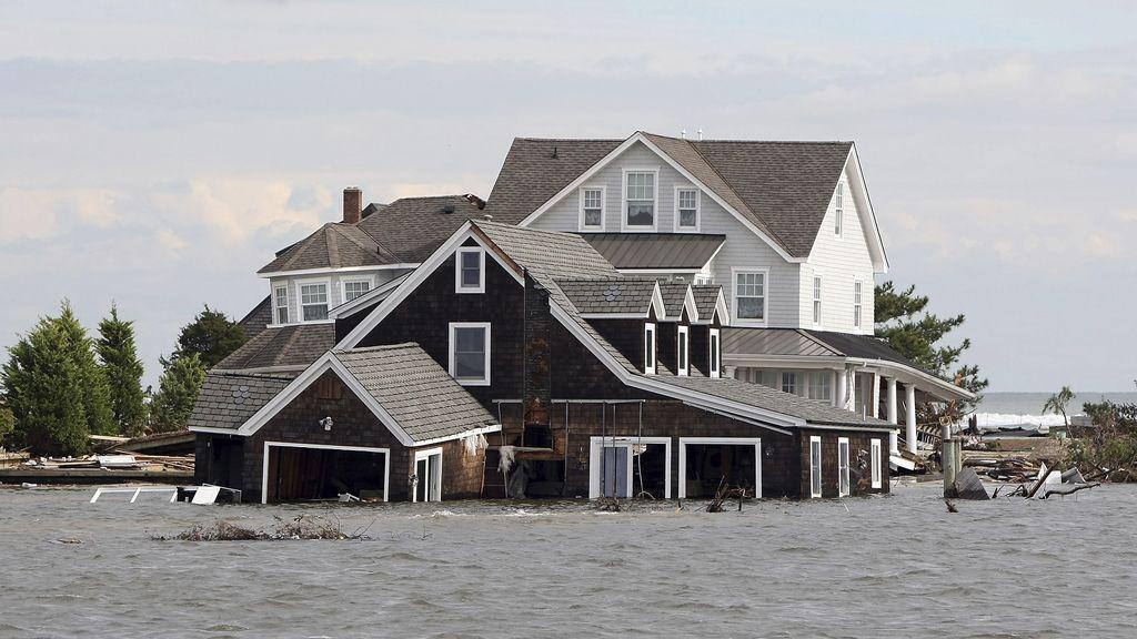 El paso del huracán 'Sandy' por EEUU ya se ha cobrado la vida de 106 personas