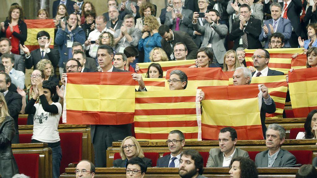Los diputados del PP exhiben banderas españolas y catalanas al aprobarse la resolución de independencia