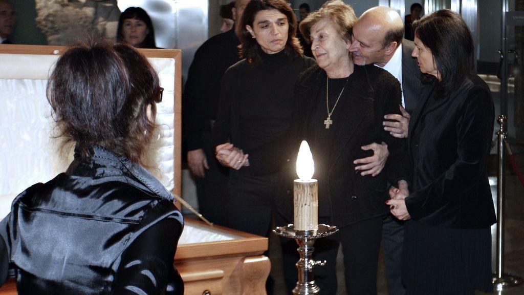 Isabel Páez llora frente al ataúd de su marido, Tony Leblanc