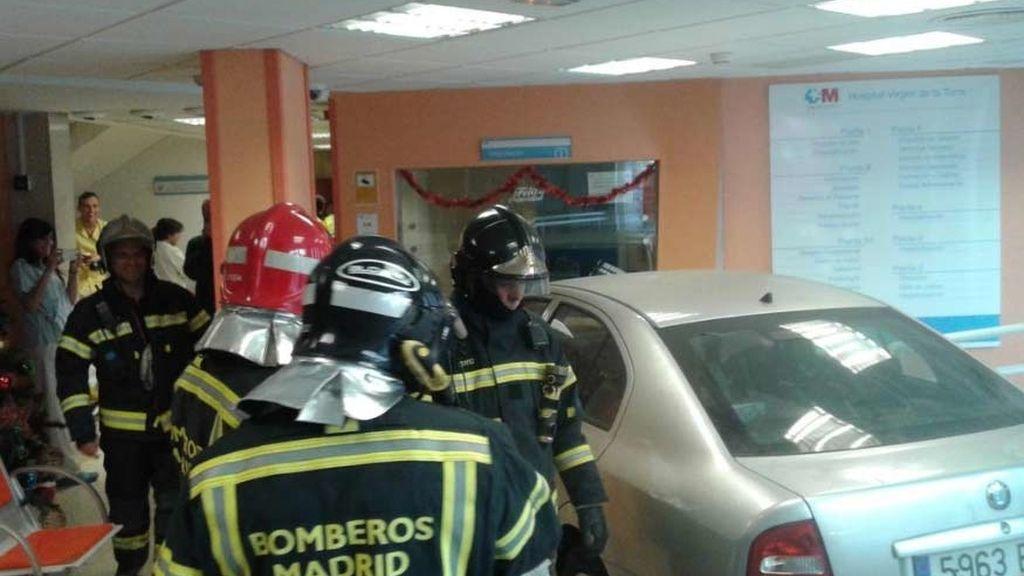 Un coche se empotra en la sala de acceso a un hospital madrileño