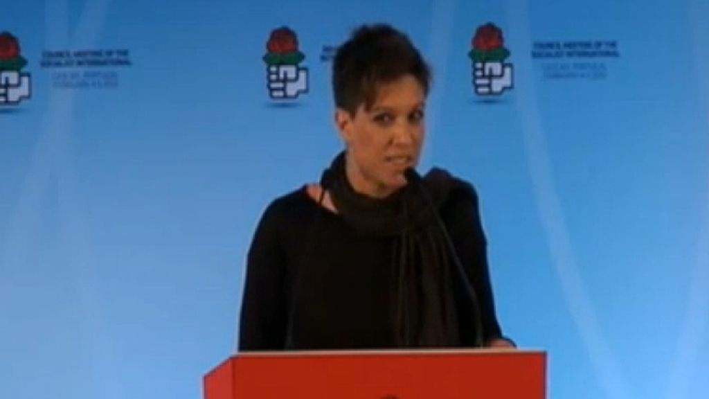 Beatriz Talegón durante su discurso ante el Consejo de la Internacional Socialista en cascais (Portugal)