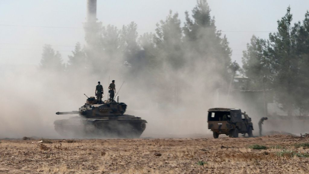 Fuerzas del Ejército Libre Sirio y tanques turcos entran en Siria