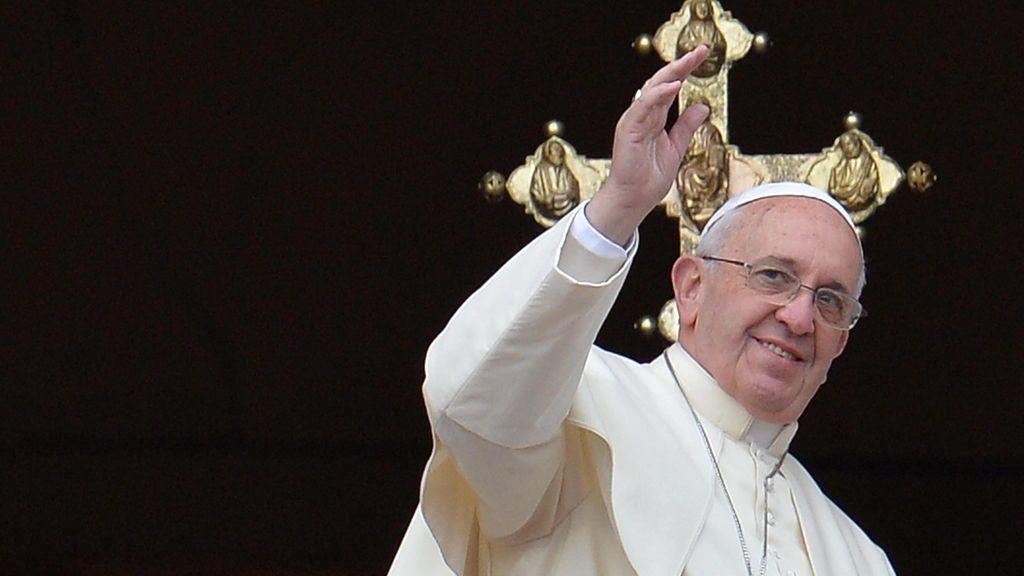 """El papa Francisco saluda a los fieles tras pronunciar la tradicional bendición """"Urbi et Orbi"""" (A la ciudad y al mundo) desde el balcón de la Logia central de la basílica de San Pedro"""