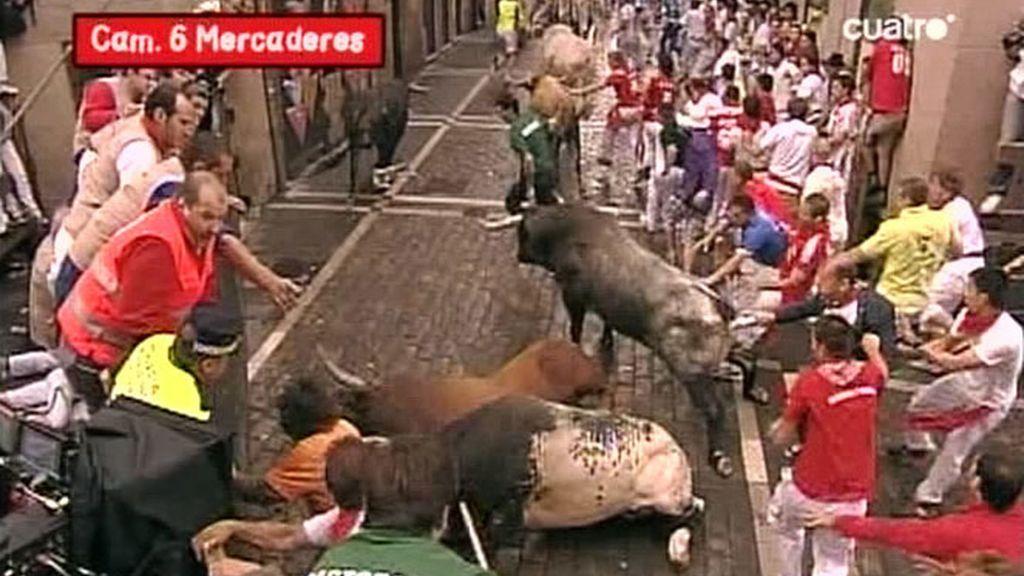 En la curva de Mercaderes uno de los astados se ha desplazado hasta el lado izquierdo de la calle golpeando brutalmente a un mozo
