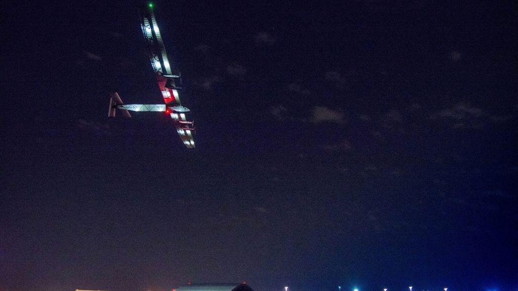 El avión solar Impulse II, propulsado con energía solar