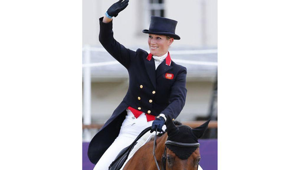 Zara Phillips compitiendo con el equipo de equitación