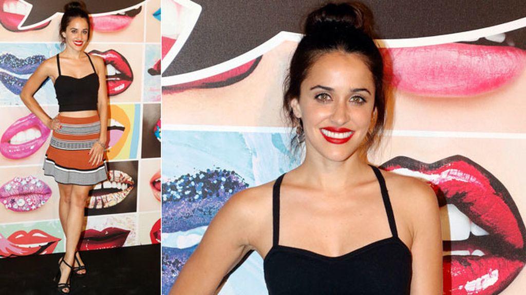 Macarena García combinó falda y top con moño alto y labio rojos