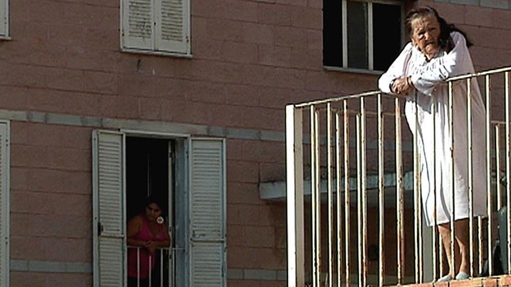 Vecinas del barrio observan atentas por su ventana