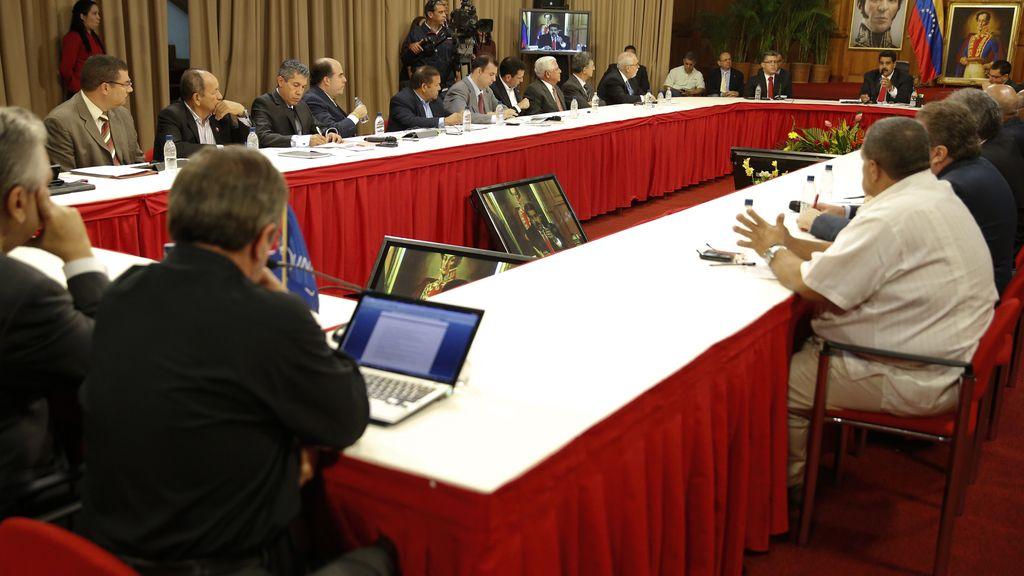 Maduro se reune con la oposición