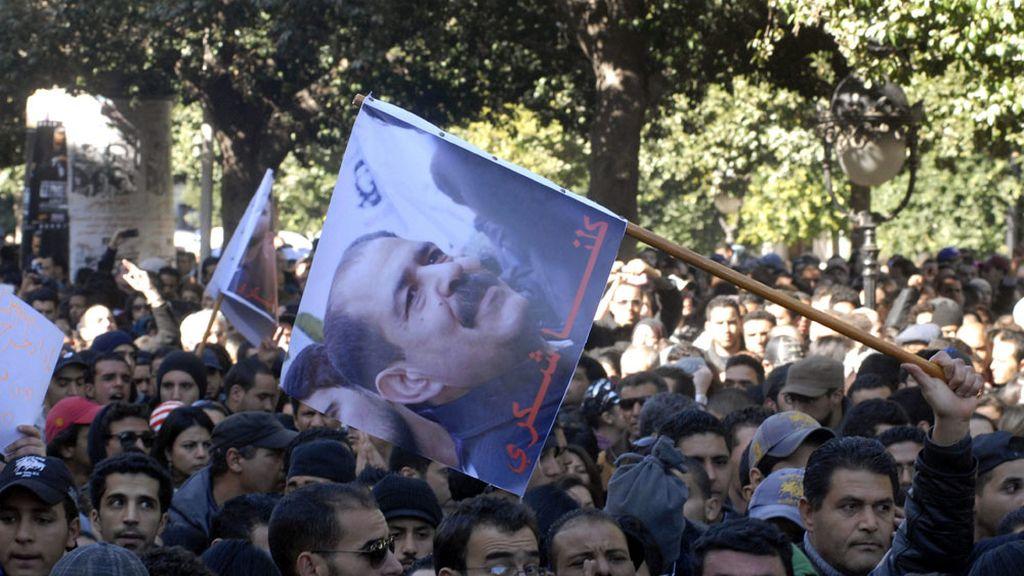 Los tunecinos protestan por el asesinato del líder de la oposición, Chukri Bel Aid