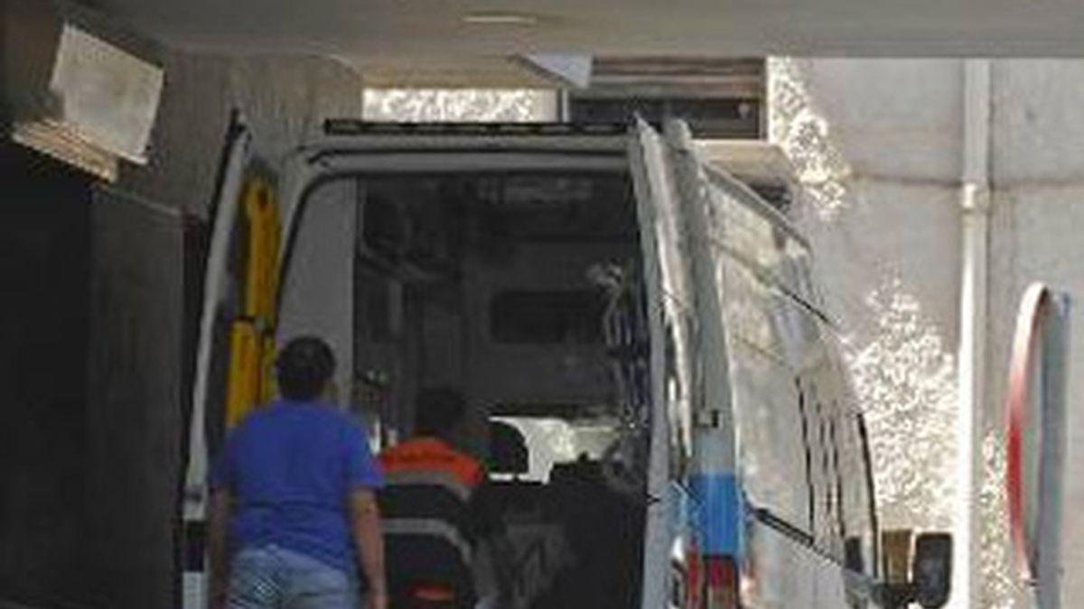 Una ambulancia a las puertas del del Hospital Regional Carlos Haya de Málaga. Foto: EFE
