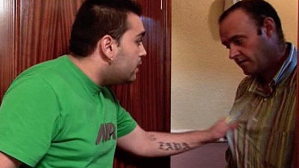 Juan, el padre de Javier, también sufre las amenazas de su hijo