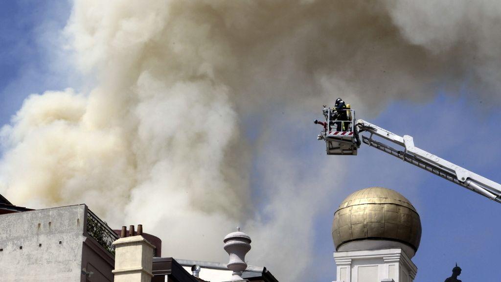 Los bomberos intentar apagar el fuego desde lo alto