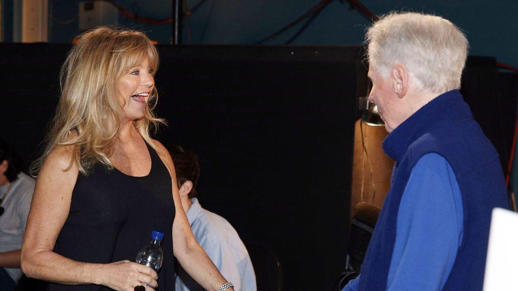 Goldie Hawn charlando junto a John Hamlin Jr.