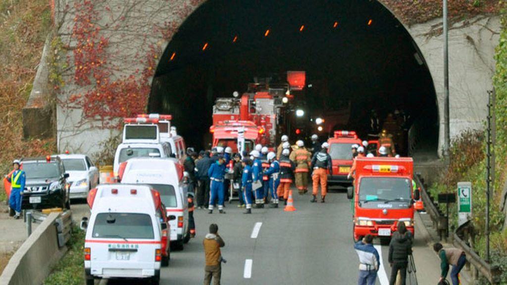 Servicios de rescate ante el túnel derrumbado en Japón