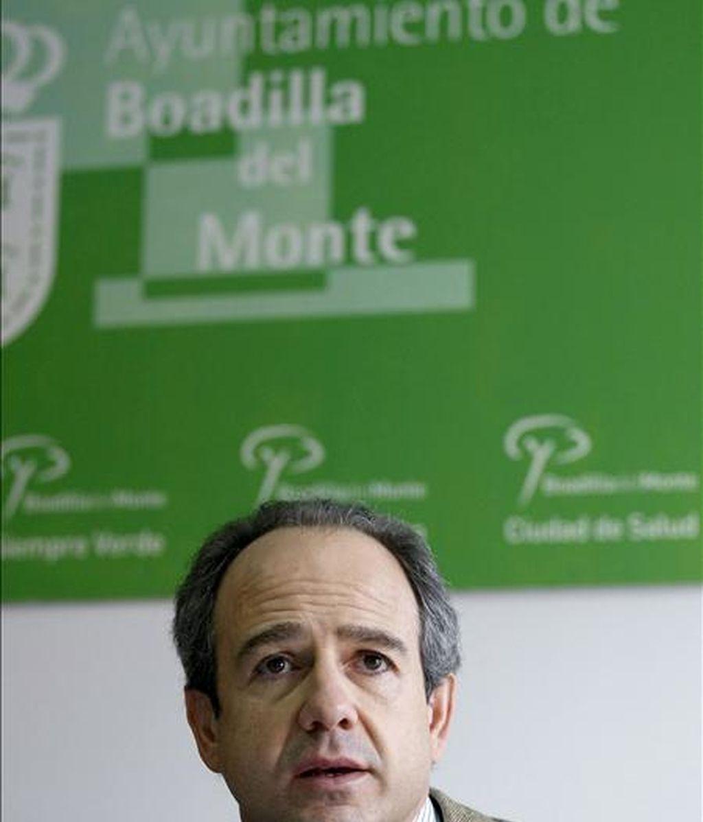 El alcalde de Boadilla del Monte, Arturo González Panero, durante la rueda de prensa que ha ofrecido en referencia a la operación contra la corrupción, el tráfico de influencias y el blanqueo de capitales que se ha desarrollado en su municipio y otras localidades españolas. EFE
